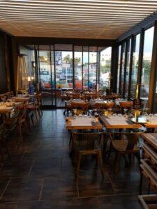 chiennette de cam4 adore s'exhiber et manger au restaurant l'atelier