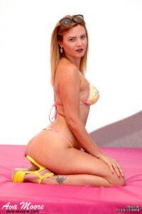 exhib en shooting X au glamour beach pour la camgirl Ava Moore