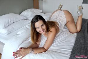 Ava Moore la reine du porn amateur t'invite à rejoindre le Club Ava Porn