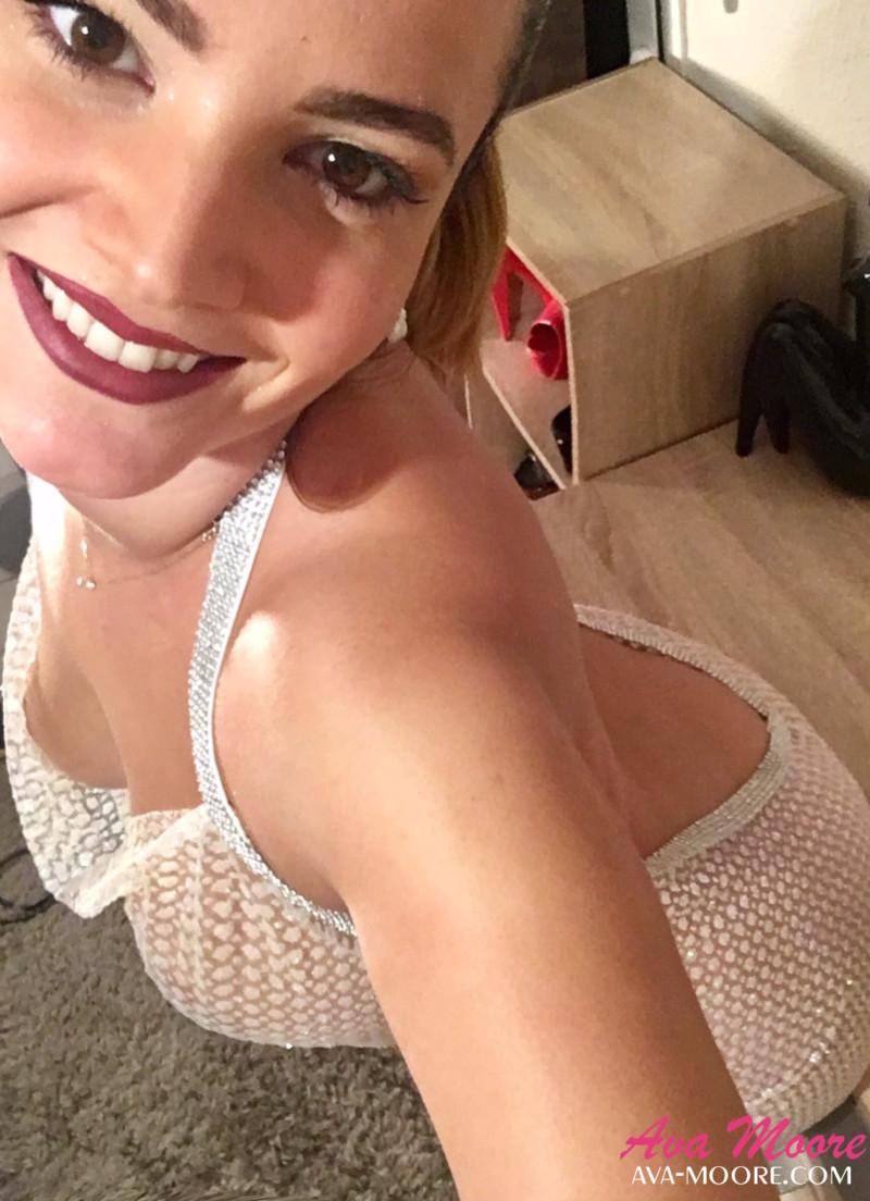 Ava Moore porte une robe sexy transparente à paillette pour sortir en club libertin