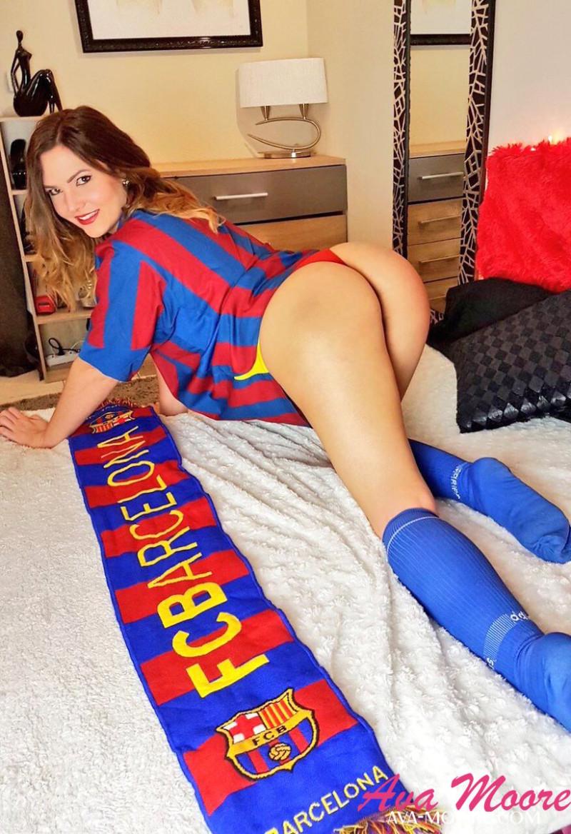 Ava Moore la cam girl en supportrice sexy de Barcelone lors d'une webcam hot