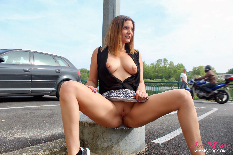 Ava Moore, sans culotte sur un parking, s'amuse à s'exhiber devant les nombreux passants