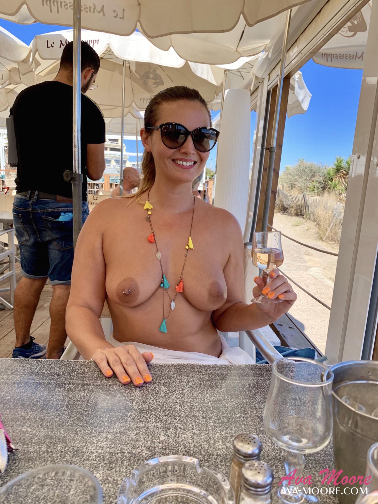 Chiennette adore aller manger au Mississipi restaurant du village naturiste au Cap d'Agde